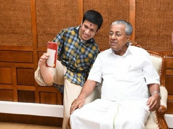 Kerala Chief Minister Pinarayi Vijayan with Pranav, a differently-abled painter in Thiruvananthapuram on Tuesday. Photo/ANI