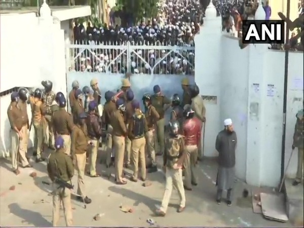 Police closed the gate of Nadwa college in Lucknow to contain protesters