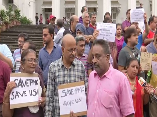 PMC bank depositors stage protest in Mumbai against RBI [Photo/ANI]