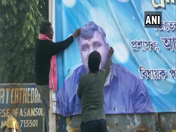 TMC workers tear posters of Jitendra Tiwari in Asansol on Friday. (Photo/ANI)