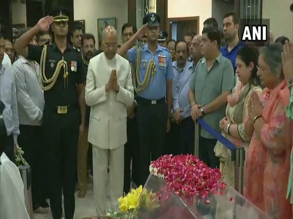 President Ram Nath Kovind paying tribute to mortal remains of Arun Jaitley at his residence in New Delhi.