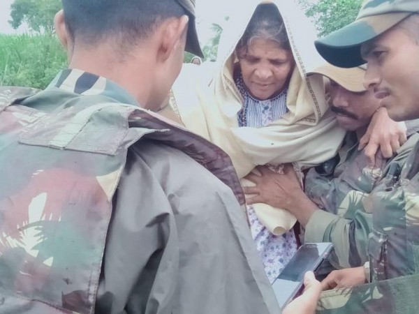 Army officials carrying out rescue operation in Maharashtra on Wednesday. Photo/ANI