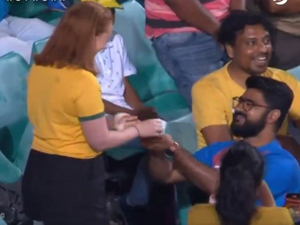 A man propsing his partner in the stands at Sydney Cricket Ground (Photo/ cricket.com.au Twitter)