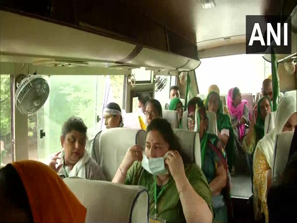 Women protesters leave for Jantar Mantar to protest against the Farm Laws