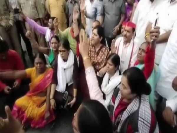 SP leaders protest outside Shahjahnpur jail in Uttar Pradesh on Friday.