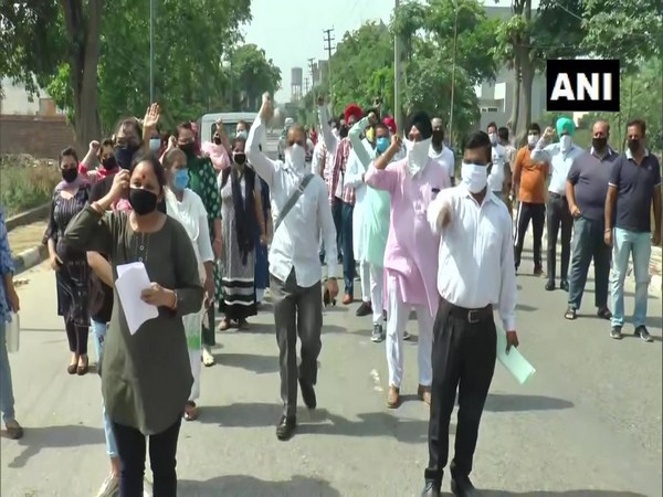 Parents protest against the increase in school fees by a private school in Ludhiana on Saturday [Photo/ANI}