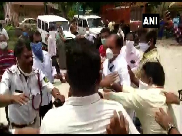 JDS MLC KT Srikante Gowda and locals protest against COVID-19 testing of journalists in Mandya, Karnataka on Saturday. Photo/ANI