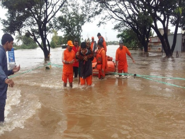 NDRF personnel rescuing people affected in floods in Maharashtra. Photo/ANI