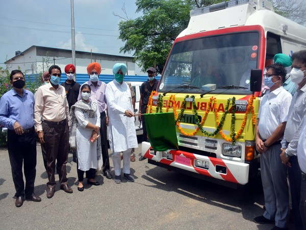 The flagging-off ceremony of the ambulance.