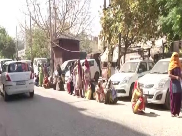 A visual of the queue outside a bank in Delhi on Thursday.