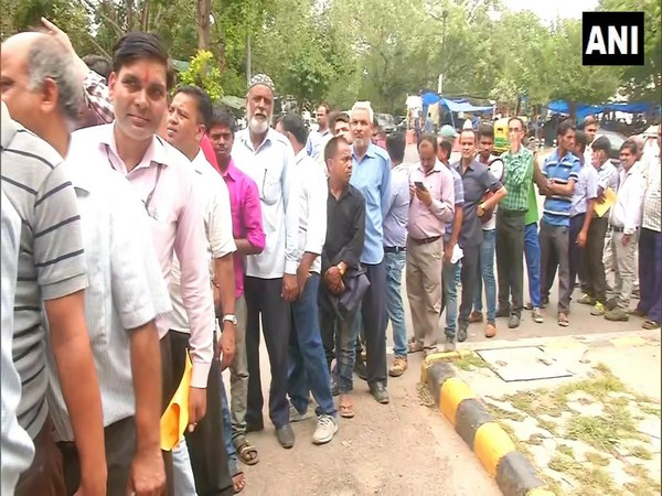 Visual from outside Krishi Bhawan where people are standing in queues to purchase onions at NCCF stall. Photo/ANI