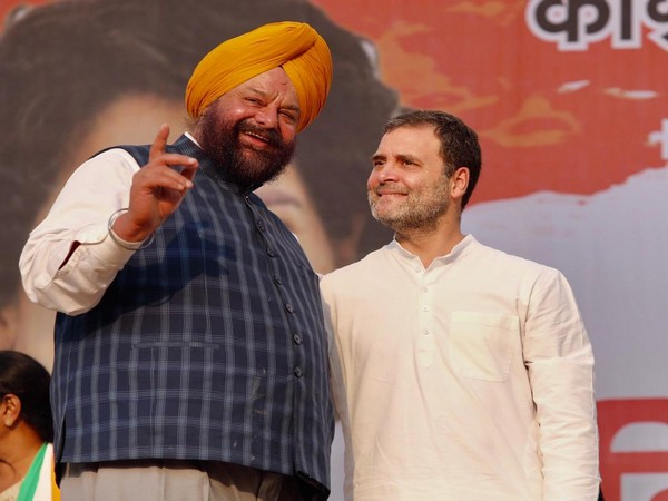 Tarvinder Singh Marwah (left) with Congress leader Rahul Gandhi [File Image]