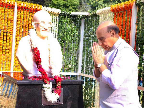 Defence Minister Rajnath Singh unveils Mahatma Gandhi's statue in Delhi cantonment on Wednesday. (Photo/ANI)