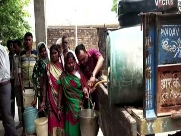 Villagers taking water in turns from the tractor trolley (Photo/ANI)