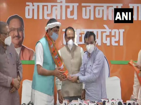 Madhya Pradesh Congress MLA Pradyuman Singh Lodhi joining BJP at ruling party's state headquarters on Sunday. Photo/ANI