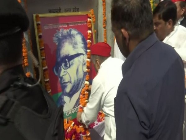 Samajwadi Party patriarch Mulayam Singh Yadav on Saturday paid tribute to Dr Ram Manohar Lohia at Lohia Park in Lucknow. Photo/ANI