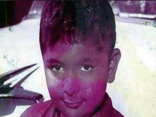 Rishi Kapoor as a child drenched in colours (Image courtesy: Twitter)