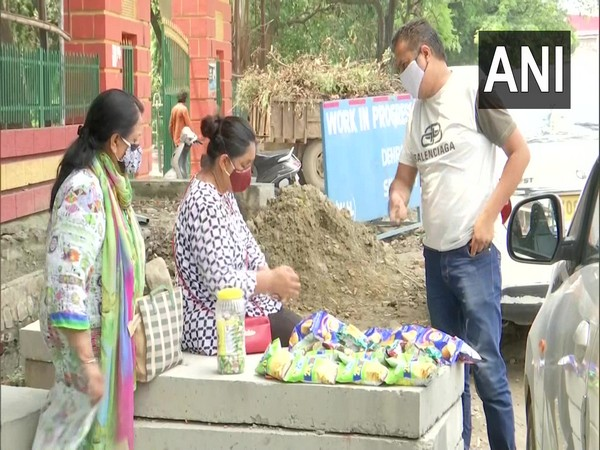 Indian para shooter Dilraj Kaur is forced to sell chips along with her mother on the road in front of Dehradun's Gandhi Park to make her ends meet (ANI).
