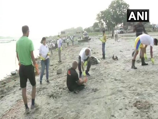 People taking part in the cleaniliness drive organised on World Cleanup day at Yamuna ghar in Delhi on Saturday. Photo/ANI