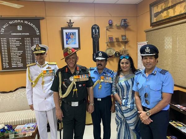 Sachin Tendulkar with the head of three forces. (Photo/Sachin Tendulkar Twitter)