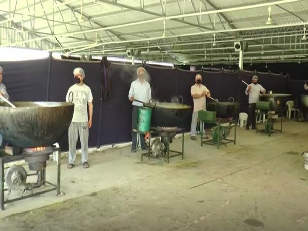 Members of Radha Soami Satsang, Beas preparing langar for needy people (File Photo/ANI)