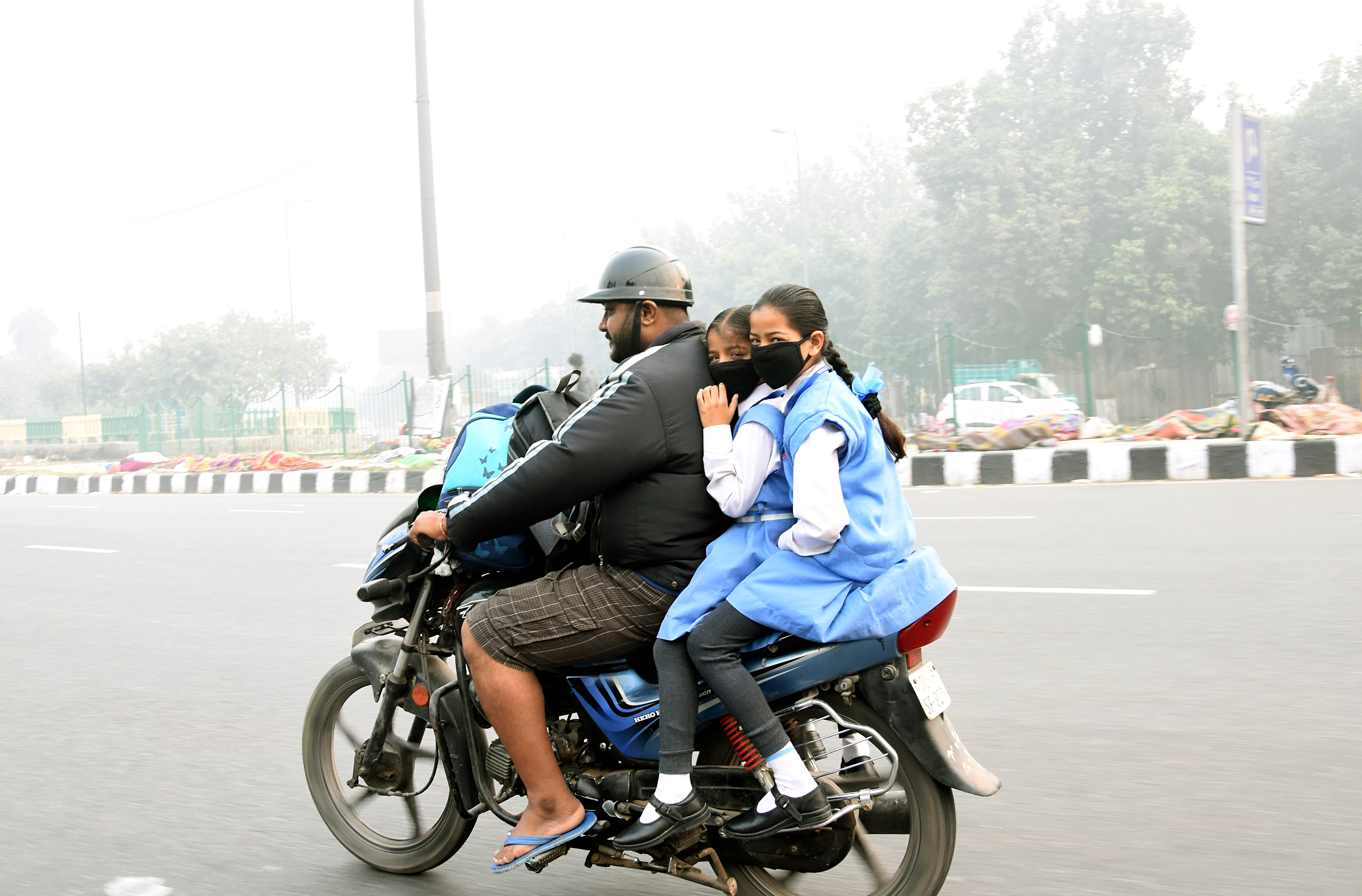 School children wearing mask air pollution levels spiked in Delhi. Photo/ANI