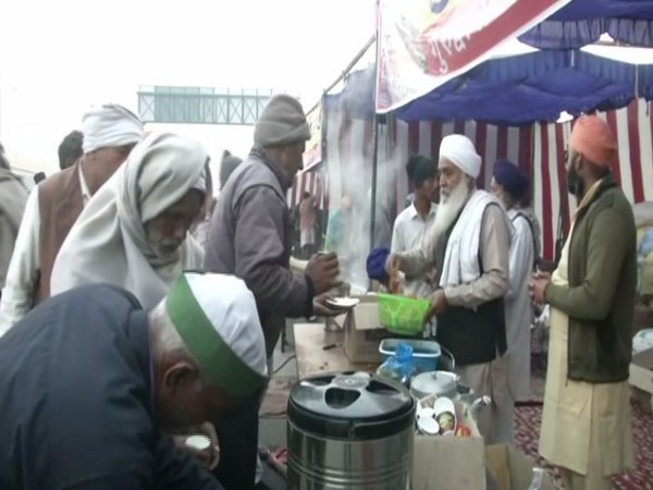 The eatery distributes morning tea at Ghazipur border on Friday. (Photo/ANI)