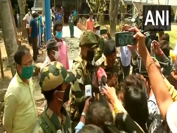 Media persons arguing with security personnel at a polling booth in Tarakeswar, Hooghly (Photo/ANI)
