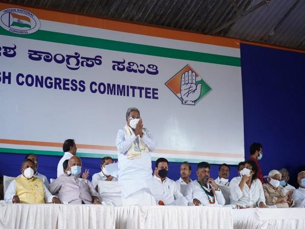 Former Karnataka Chief Minister Siddaramaiah (standing in front) (Photo/ANI)