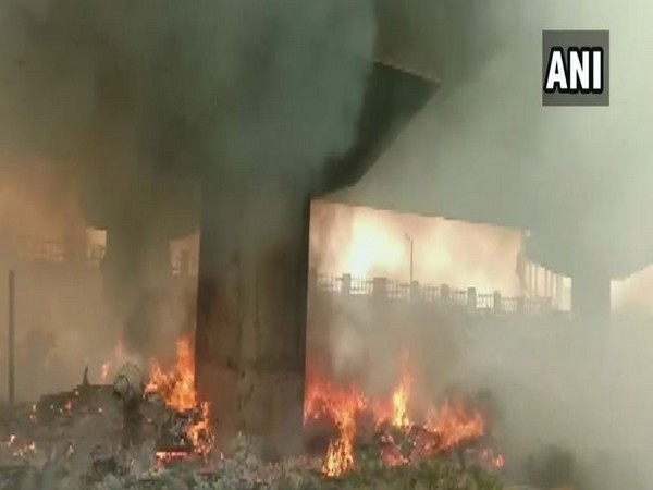Visuals of the fire which took place in a slum under the flyover in Gomti Nagar of Lucknow in Uttar pradesh on Thursday. Photo/ANI