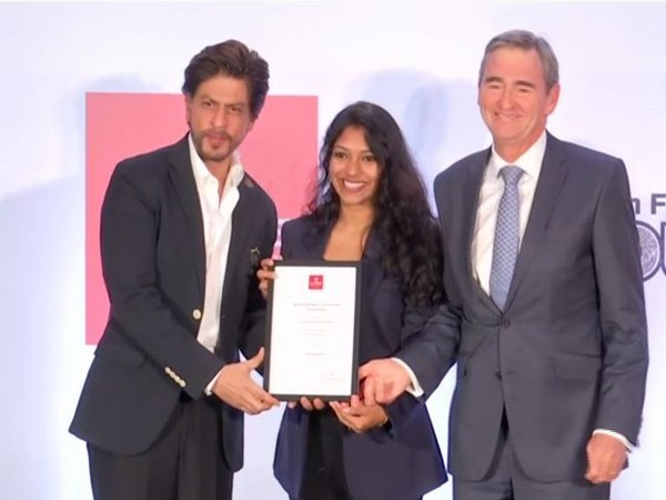 Shah Rukh Khan awarding Gopika Kottantharayil Bhasi with the scholarship (Photo/ANI)
