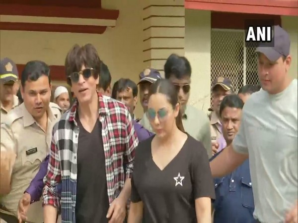 Shah Rukh Khan along with wife Gauri while casting their vote in Mumbai