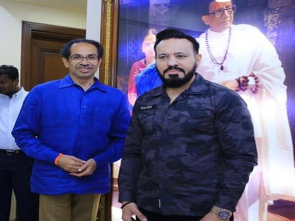 Uddhav Thackeray (left) and Shera (right) Photo courtesy: Shiv Sena Twitter