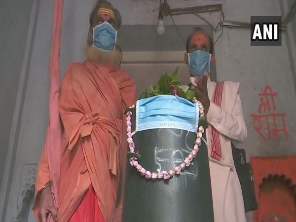Priests at the Tarkeshwar Mahadev Temple in Uttar Pradesh's Varanasi covered 'Shivling' with mask on Thursday. Photo/ANI