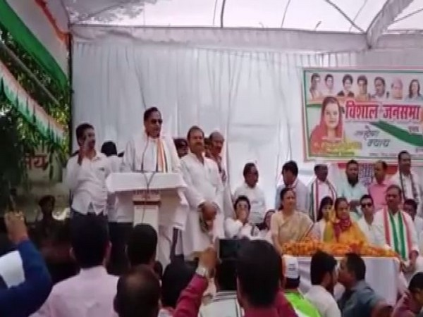 Congress leader Naseemuddin Siddiqui addresing a public gathering at Pratapgarh on Monday