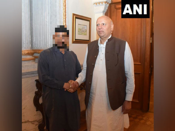 Chaudhry Muhammad Sarwar on Friday met the father of the abducted Sikh girl