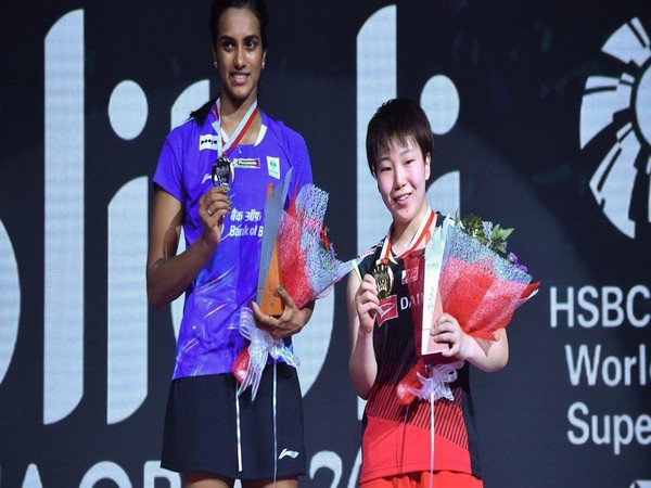 PV Sindhu (L) with her silver medal and Akane Yamaguchi (R) with gold medal. (Photo/BAI Media Twitter)