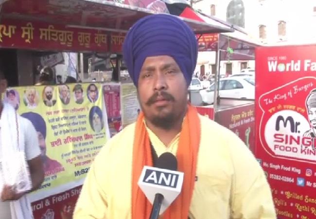 Burger stall owner Ravinder Pal Singh speaking to ANI in Ludhiana, Punjab on Sunday Photo/ANI.
