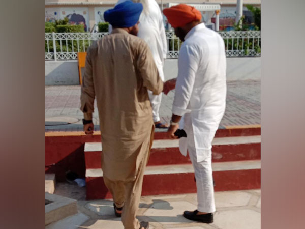 The picture of Manjinder Singh Sirsa (R) standing next to Gopal Singh Chawla, which the former has claimed was deceptively clicked. (Photo courtesy: Sirsa's Twitter handle)