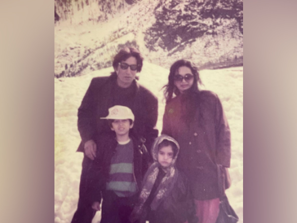 Old picture of celebrity couple Shakti Kapoor, Shivangi Kapoor with children Shraddha and Siddhanth. (Image Source: Instagram)
