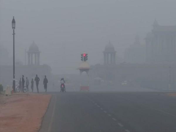 A thick blanket of smog engulfed India Gate on Wednesday [Photo/ANI]