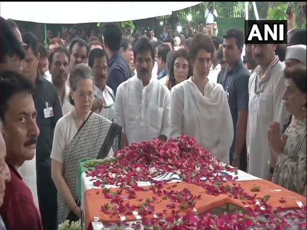 Sonia Gandhi and Priyanka Gandhi paying tributes to Sheila Dikshit at Congress headquarters in Delhi on Sunday. Photo/ANI