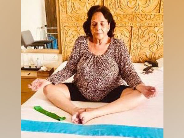 Akshay Kumar's mother practising yoga (Photo/Akshay Kumar's Twitter)