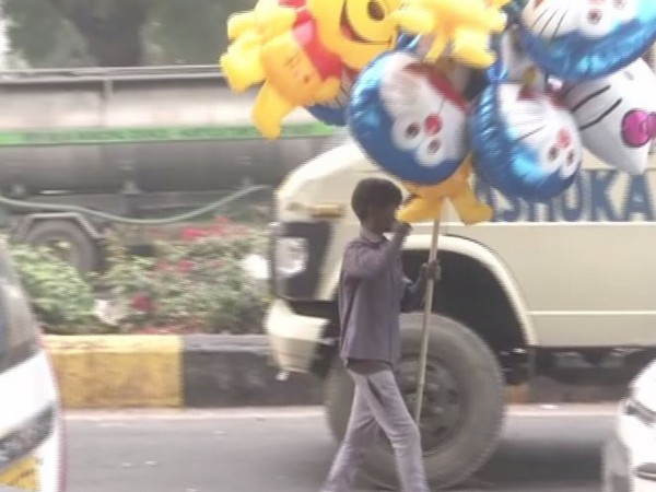 Street children in Delhi are forced to breathe polluted air