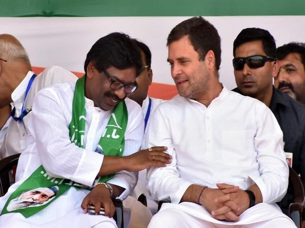 Hemant Soren with Congress leader Rahul Gandhi (File photo)