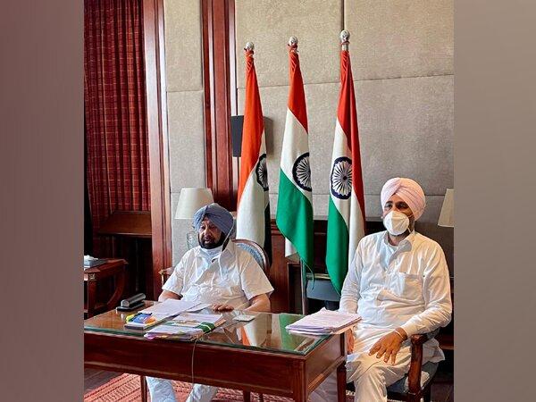 Punjab Chief Minister, Captain Amarinder Singh (left) (Photo/Twitter)
