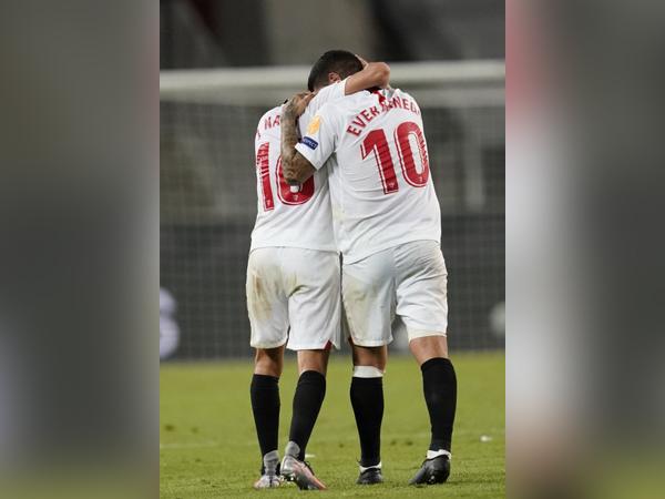Sevilla celebrates after winning against Manchester United. (Photo/ Sevilla FC Twitter)