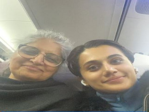 Actor Taapsee Pannu with her mother (Image source: Twitter)