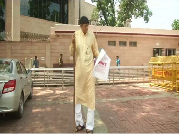 India's tallest man Dharmendra Pratap Singh. Photo/ANI