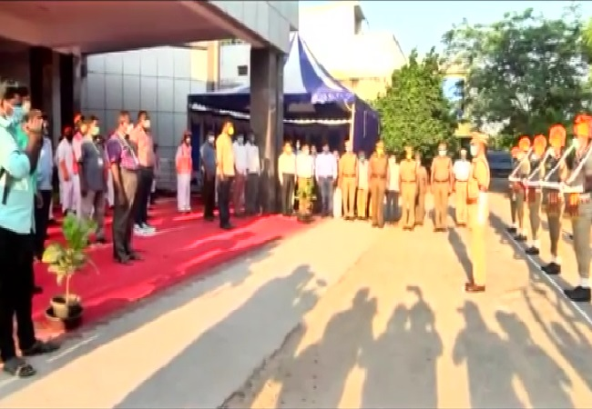 Police giving guard of honour to sanitation workers in Tirunelveli, Tamil Nadu on Thursday. Photo/ANI